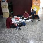Sambil Duduk di Lantai, Peserta Tax Amnesty Makan Siang Gratis