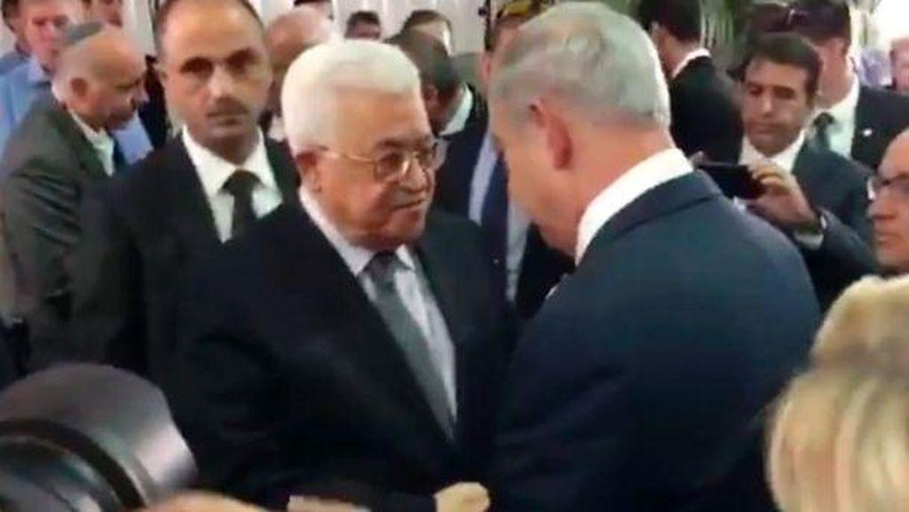 Momen Langka, Abbas dan Netanyahu Berjabatan Tangan di Pemakaman Shimon Peres