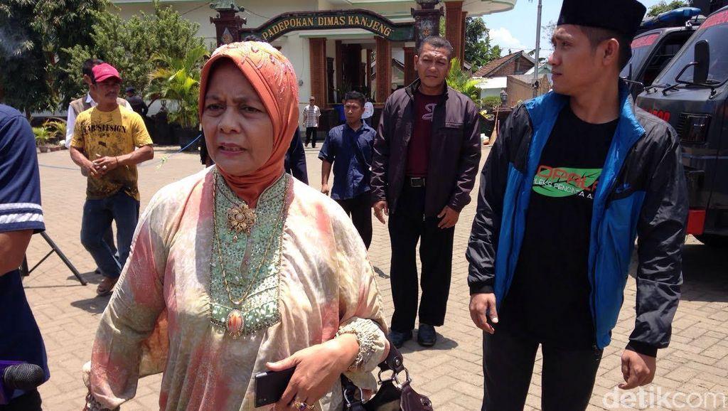 Ratusan Pengikut Dimas Kanjeng Sambut Kedatangan Marwah Daud di Padepokan
