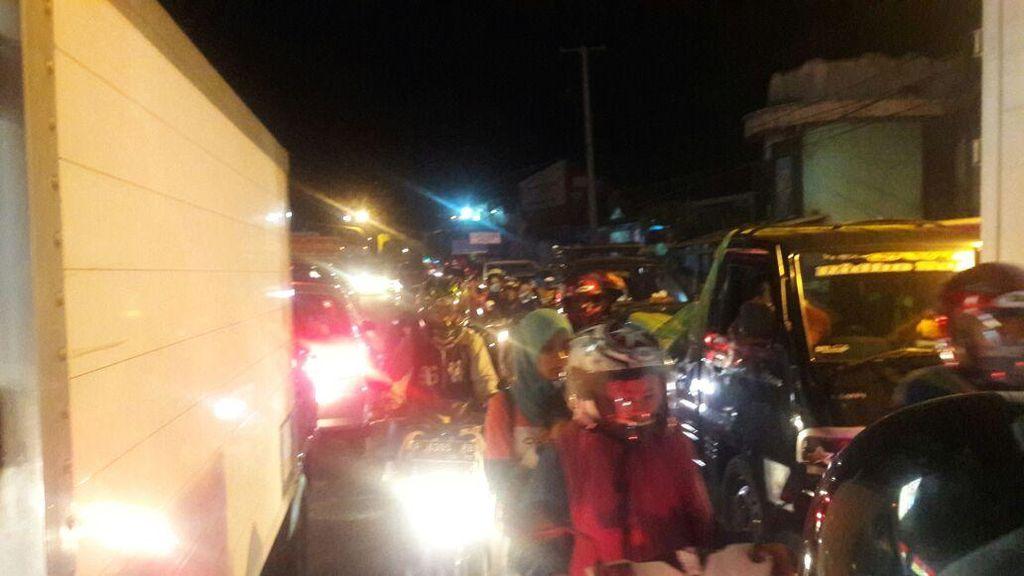 Macet Parah Jalur Ciawi-Sukabumi Karena Perbaikan Jalan Hingga Banyak Truk