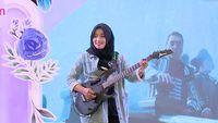 Aksi Gahar Delvi Bermain Gitar - Sunsilk Hijab Hunt 2019 Padang