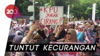 Emak-emak Geruduk KPU di Hari Kartini