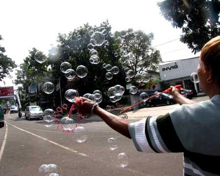 http://images.detik.com/content/2009/07/09/501/gelembung-sabun02.jpg