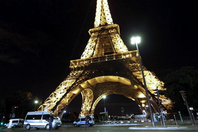 Eiffel Tower Threatened Bomb