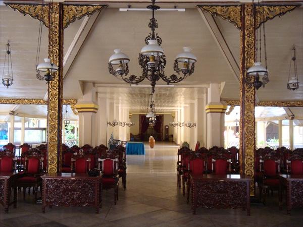 Le pendopo, grand hall de réception du kraton de Sumenep, avec ses piliers en teck typiques de l'artisanat local (Anshar Diady/Aku Cinta Indonesia).