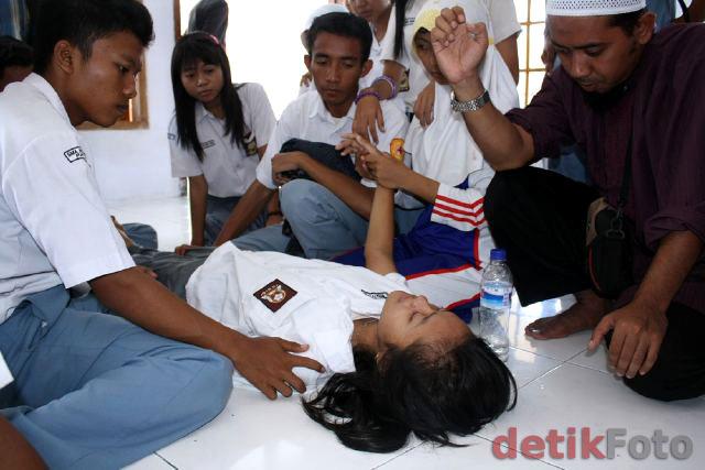 http://images.detik.com/content/2010/10/12/473/Siswa-Kesurupan2.jpg