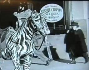 Video Misterius Charlie Chaplin Tahun 1928 : Ada Orang Pakai Ponsel
