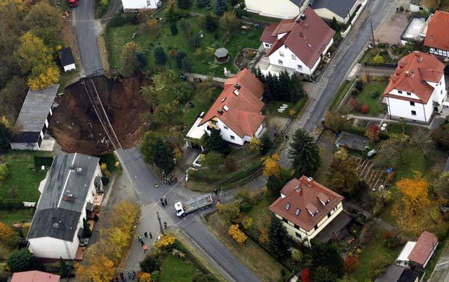 Lubang besar tersebut terlihat dari udara. Reuters/Alex Domanski.