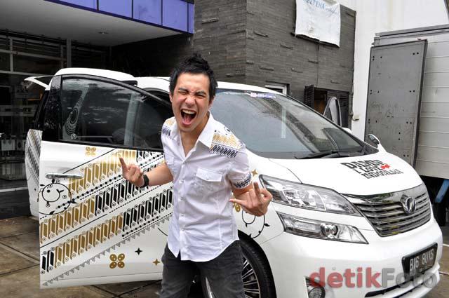 VJ Daniel Modifikasi Mobil Dengan Desain Batik