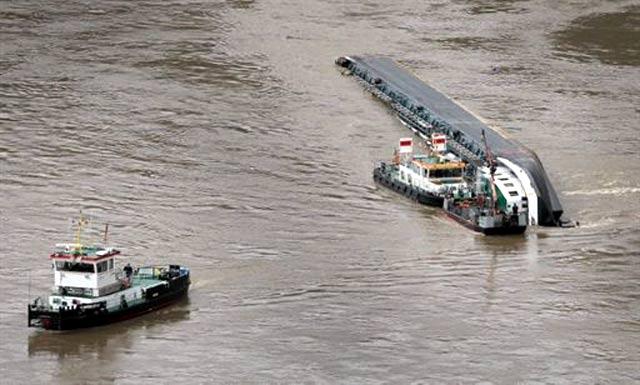 Kapal Kimia Terbalik di Sungai !
