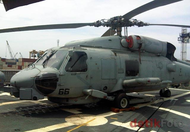 Sebuah helikopter tampak terparkir di dek USS Reuben James (FFG 57).