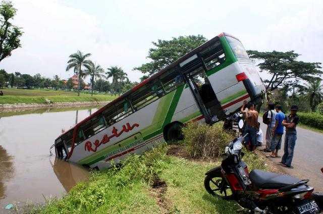 Bus Restu Nyemplung ke Sungai
