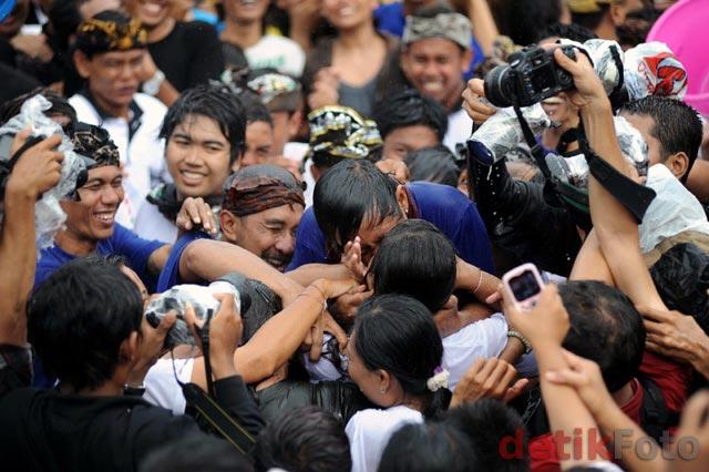 Atraksi Ciuman Massal di Usai Nyepi