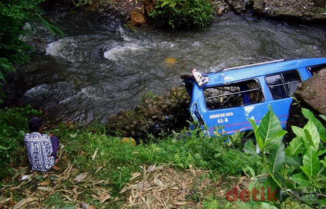 Diseruduk Truk, Angkot Masuk Sungai