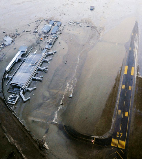 http://images.detik.com/content/2011/03/11/157/Bandara-Sendai2.jpg