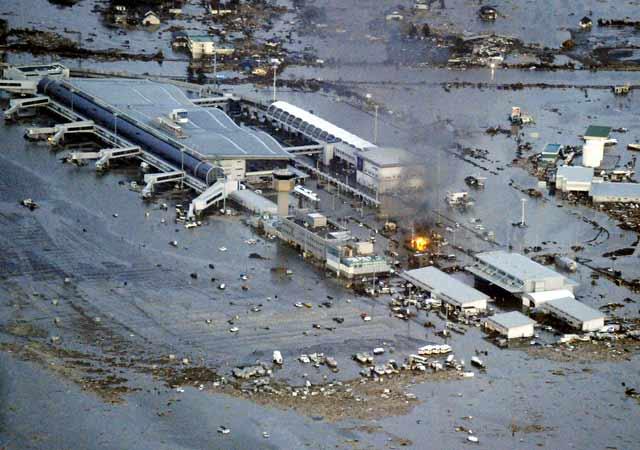 FOTO SUNAMI JEPANG 2011 Gelombang Sunami Sapu Jepang Gempa 8,9 Skala Richter