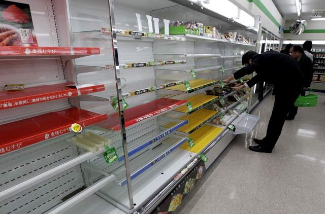 Warga Tokyo Borong Barang di Supermarket
