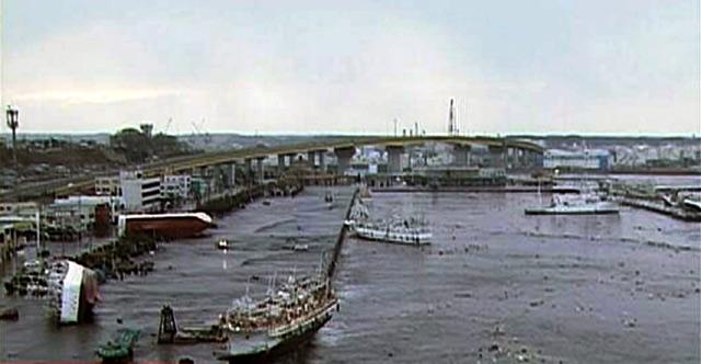 Tsunami Sapu Boat dan Mobil