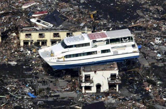 Terseret Tsunami, Feri 'Parkir' di Atas Gedung
