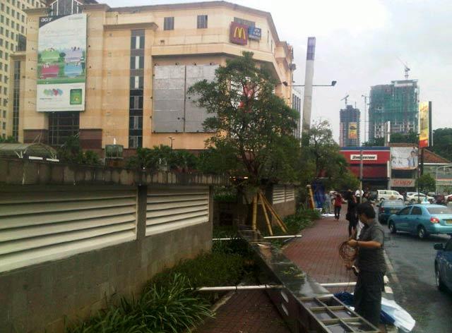 Tiang Reklame di Senayan City Roboh