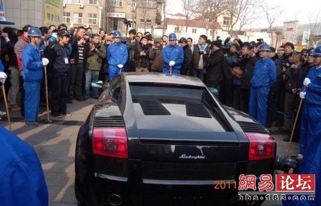 Palu Godam Hancurkan Lamborghini