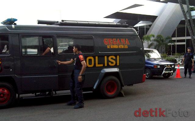 Gegana Amankan Paket Mencurigakan di DPR