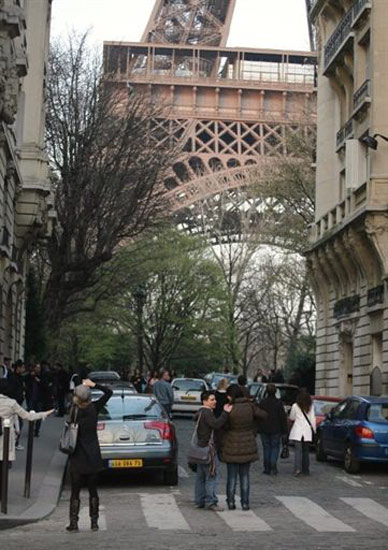 Menara Eiffel Diancam Bom