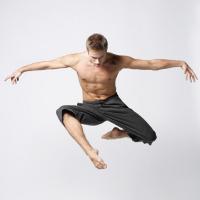pria melompat