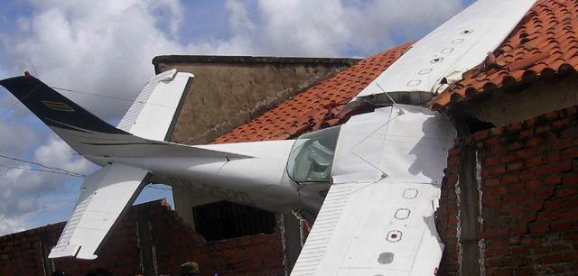 Pesawat Tabrak Rumah