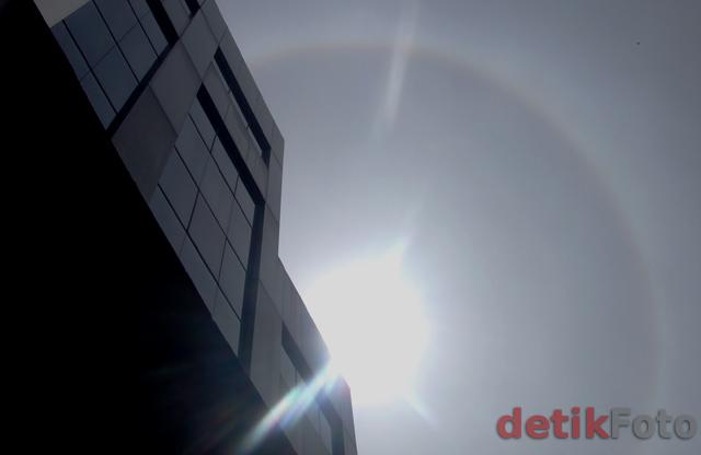 Matahari Halo Hiasi Jakarta