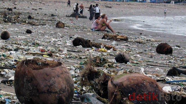 Pantai Kuta Penuh Sampah