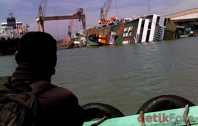Kapal PT Pelni Terbalik