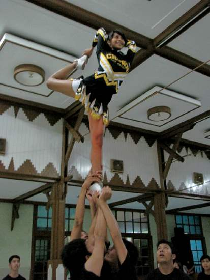 Aksi Akrobatik Cheerleader Crown All Star