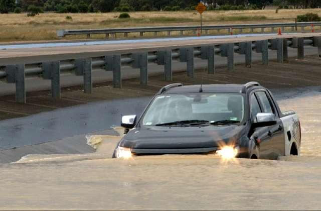 Mobil 'Berenang' di Atas Air