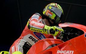 Valentino Rossi melakukan ujicoba motor Ducati bermesin 1000 cc untuk