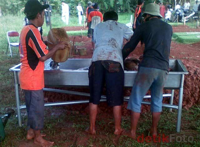 http://images.detik.com/content/2011/04/20/157/Bongkar-Makam02.jpg