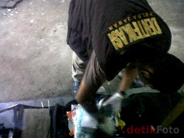 http://images.detik.com/content/2011/04/20/157/Rangkaian-Bom-01.jpg