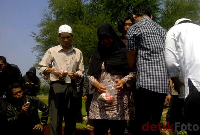 M Syarif Dimakamkan di TPU Pondok Rangon