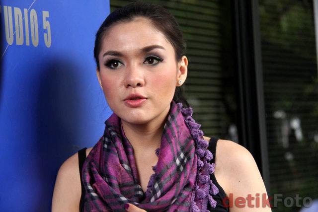 bugil Vicky Shu Dengan Gaya Casual