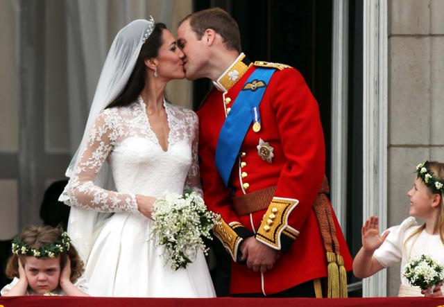 Kate Middleton Pangeran William kissing picture