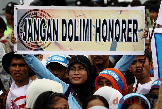 Ratusan Guru Honorer Demo Istana