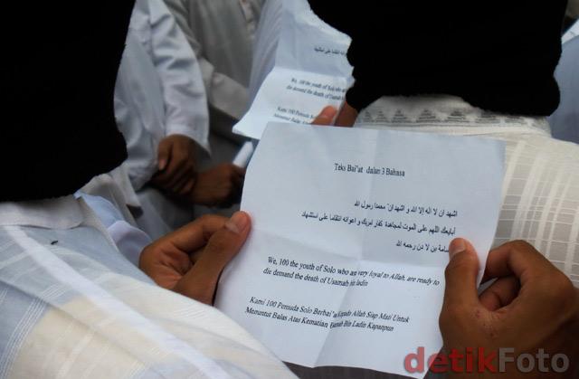 Teks bai'at ditulis dengan bahasa Indonesia, Arab dan Inggris. Kertas
