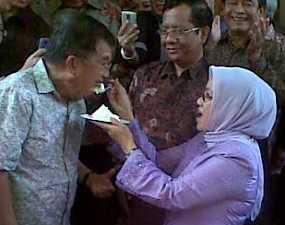 FOTO JUSUF KALLA ULANG TAHUN  Kado Mufidah pada JK Kasih Sayang Berlipat Dan Harapan Berjiwa Muda.