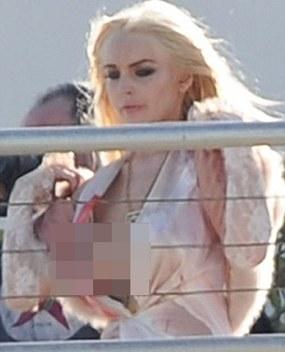 Payudara Lindsay Lohan Ngintip Saat Pemotretan
