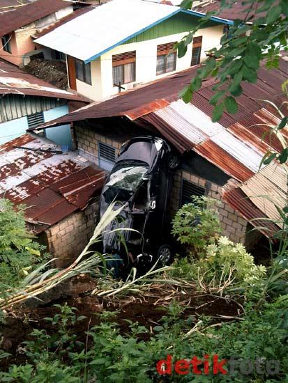 Mobil Sekda Papua Terjun ke Rumah Warga