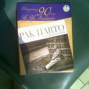 http://images.detik.com/content/2011/06/08/10/Buku-Pak-Harto-(Ian)-dalam.jpg