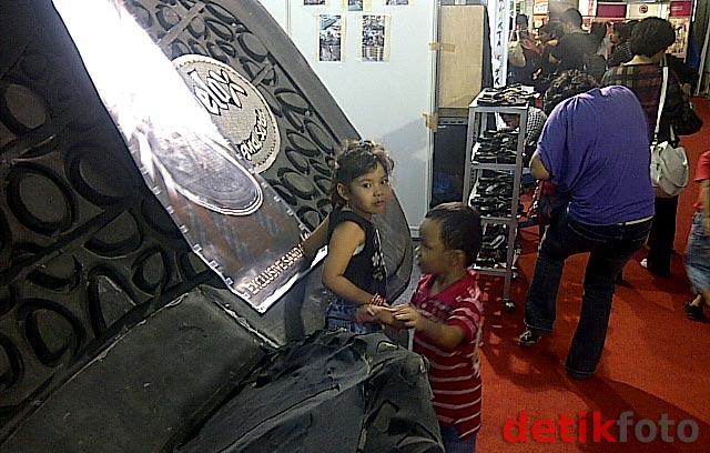 Sandal Raksasa di Jakarta Fair