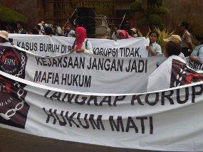Spanduk Demo Usut Sisminbakum, Tapi Teriaknya Pesangon PHK