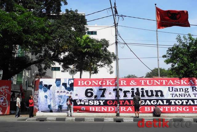 Bendera Sebar Foto Buron Nazaruddin