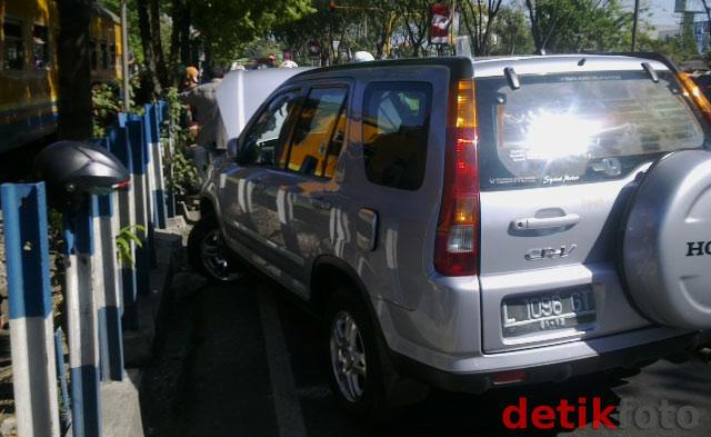 Honda CRV Tabrak Pembatas KA